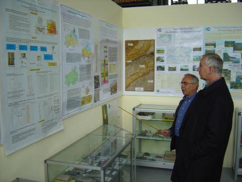 Mitarbeiter des Geologischen Dienstes geben Einblick in den Umfang der aufbewahrten Bohrkerne